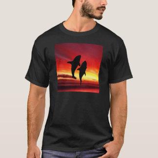 La danza de las ballenas en la puesta del sol playera