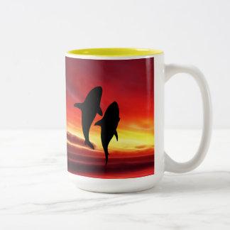 La danza de las ballenas en la puesta del sol tazas de café