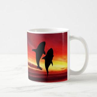 La danza de las ballenas en la puesta del sol taza de café