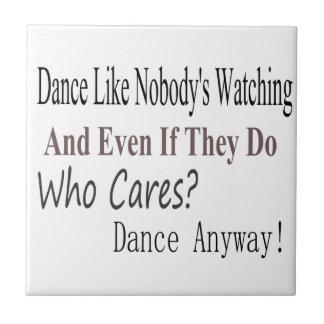 La danza tiene gusto de nadie que mira azulejo cuadrado pequeño