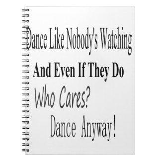 La danza tiene gusto de nadie que mira libro de apuntes