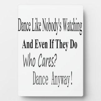 La danza tiene gusto de nadie que mira placas