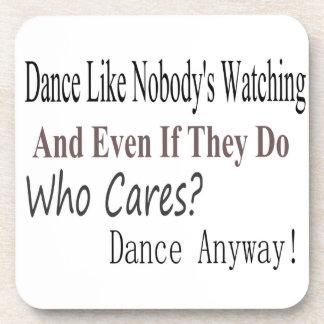 La danza tiene gusto de nadie que mira posavasos de bebida