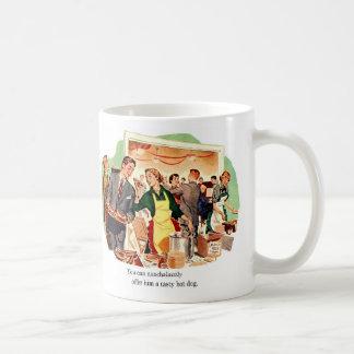 La datación retra del kitsch del vintage le ofrec taza de café
