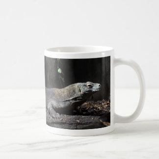 la derecha de dragón de komodo tazas de café