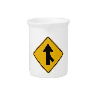 La derecha de la fusión, trafica la señal de jarra de beber