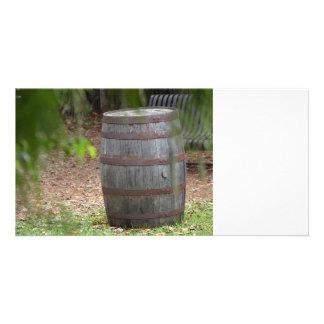 la derecha de madera del barril con la fronda verd tarjeta fotográfica