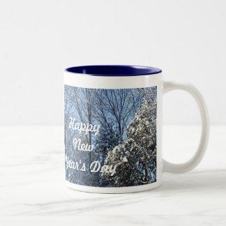 La Día-Nieve de la Feliz Año Nuevo cubrió árboles Taza De Dos Tonos