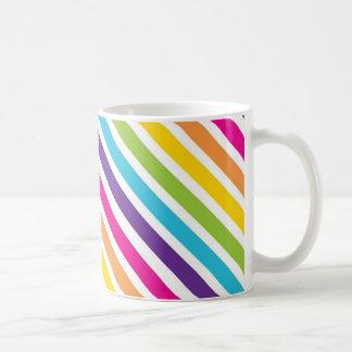 La diagonal colorida del arco iris raya los regalo tazas de café