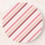 La diagonal roja y rosada raya el regalo del el dí posavaso para bebida