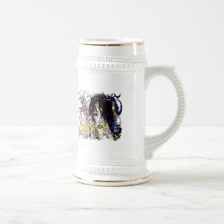 La diva de la moda remolinó taza de café