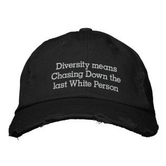 La diversidad significa la persecución abajo de la gorra de beisbol
