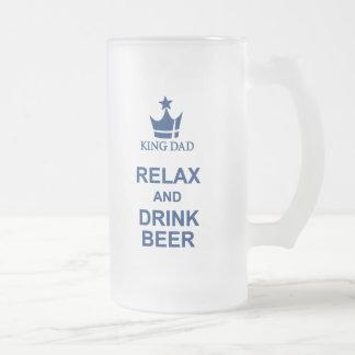 La diversión de rey Dad relaja y bebe la taza de
