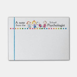 La diversión del psicólogo de la escuela embroma post-it® nota