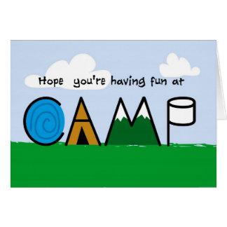 La diversión en la imagen del campo pone letras a  tarjeta de felicitación