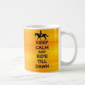 La diversión guarda calma y monta hasta caballo de taza de café