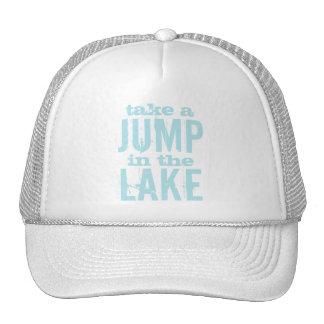 La diversión toma un salto en el lago gorras de camionero
