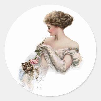 La doncella toma el pelo favorablemente un gatito pegatina redonda