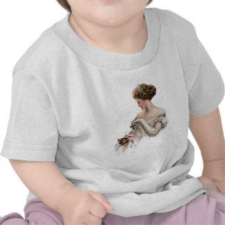 La doncella toma el pelo favorablemente un gatito camisetas