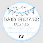 La ducha azul de las huellas del bebé del pegatina redonda
