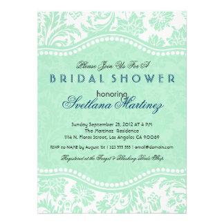 La ducha nupcial de la presa floral del blanco y d invitaciones personalizada