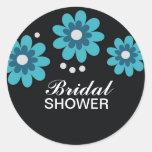 La ducha nupcial de las flores azules favorece los etiqueta redonda