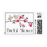 La ducha nupcial de los pájaros florales elegantes franqueo