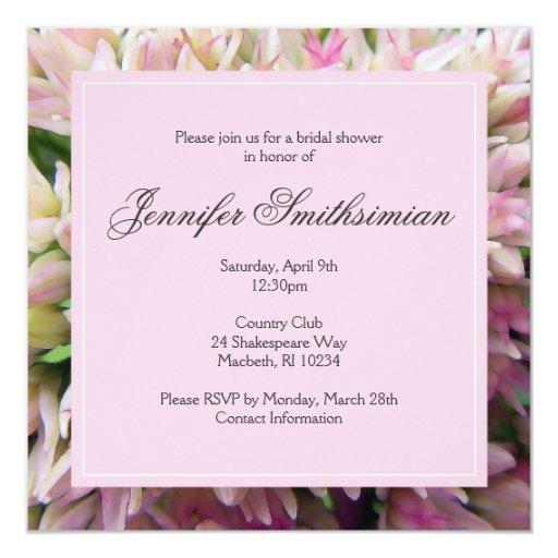 La ducha nupcial del ramo rosado invita en gris de invitación 13,3 cm x 13,3cm