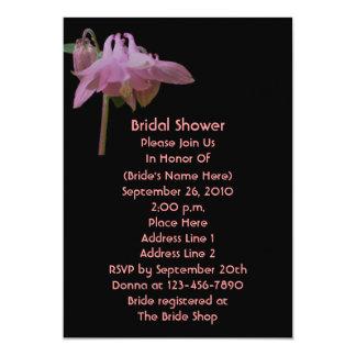 """La ducha nupcial floral negra rosada de Columbine Invitación 5"""" X 7"""""""