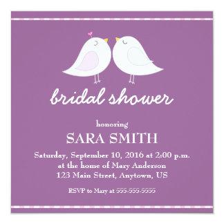 La ducha nupcial púrpura de los pájaros lindos del invitación 13,3 cm x 13,3cm