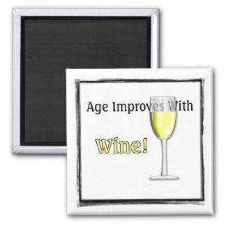 La edad mejora con el imán (blanco) del vino