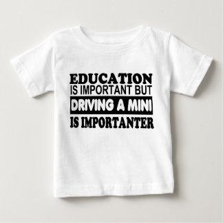 La educación es importante pero de conducción de t-shirt