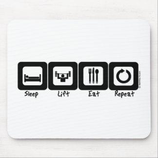 La elevación del sueño come la repetición tapete de ratones