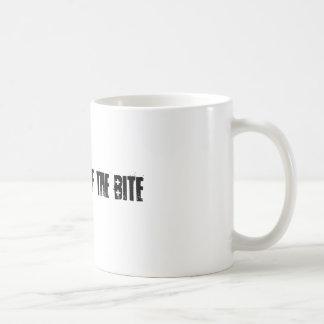 la emoción de la mordedura taza de café