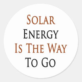 La energía solar es la manera de ir pegatina redonda