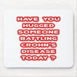 ¿La enfermedad alguien de Crohn de lucha abrazado? Alfombrillas De Raton