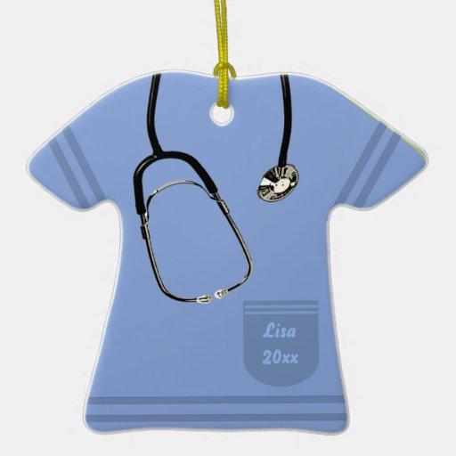 La enfermera azul clara friega el ornamento adorno de cerámica en forma de playera