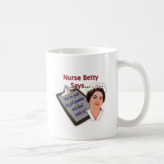 La enfermera Betty dice puesto sus bragas grande Taza De Café