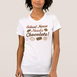 La enfermera de la escuela necesita el chocolate tshirt