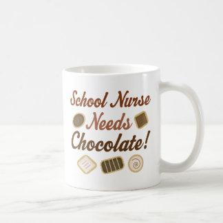La enfermera de la escuela necesita el chocolate taza