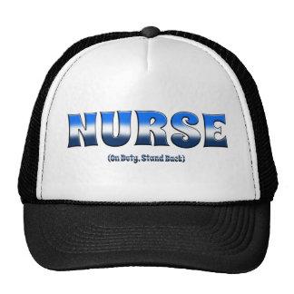 La enfermera de servicio retrocede gorras de camionero