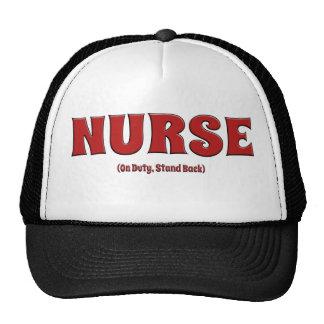 La enfermera de servicio retrocede gorro de camionero