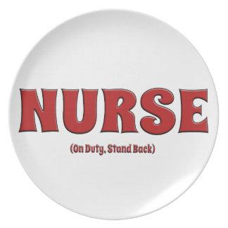 La enfermera de servicio retrocede plato de cena