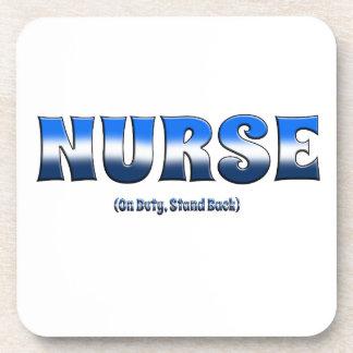 La enfermera de servicio retrocede posavasos