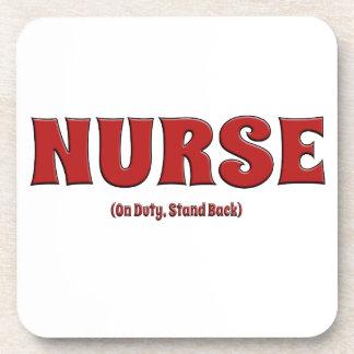 La enfermera de servicio retrocede posavasos de bebida