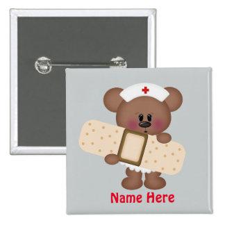 La enfermera del dibujo animado añade el botón pin cuadrado