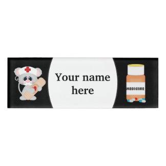 La enfermera del dibujo animado añade la etiqueta etiqueta con nombre