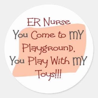 La enfermera del ER VIENE a MI PATIO MIS JUGUETES Etiquetas Redondas