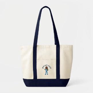La enfermera en azul friega (la oscuridad) bolsa tela impulso