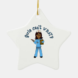 La enfermera en azul friega (la oscuridad) adorno de cerámica en forma de estrella